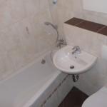 kleines Bad mit Wanne, WC und Waschbecken